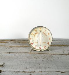 Mirro Matic Minute Minder with feet, yet ~ this is an early model kitchen timer made by Mirro Matic. Vintage Kitchenware, Vintage Kitchen Decor, Modern Kitchen Design, Interior Design Kitchen, White Cottage Kitchens, Old Fashioned Kitchen, Kitchen Timers, Kitchen Styling, Kitchen Stuff