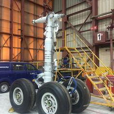 B767 main landing gear in the LAN maintenance hangar @pauloko_olea
