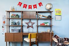 Mod kid style for the win! If you or someone you know is gearing up for season head with even more family time together, you might need a little bit of stylish re-enforcement. From retro coffee pots to Mid Mod picture books, here are 7 of our favorite gifts for busy parents. Check them out below!  #atomicranch #midcentury #midcenturymodern #mcm #midmod #modkids #modernkids #modernparent Mid Century House, Mid Century Style, Modern Kids, Mid-century Modern, Kids Study, Mid Century Modern Decor, Modern Fireplace, Simple Colors, Living Room Designs