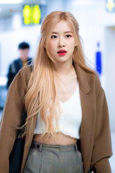 Rose airport style after trip from shanghai Kpop Girl Groups, Korean Girl Groups, Kpop Girls, Lisa, Rose Park, 1 Rose, Black Pink Kpop, Blackpink Photos, Rose Photos