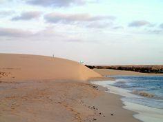 Blick vom #Strand links neben dem #RIU #Karamboa auf eine große #Sanddüne in Richtung #Royal #Decameron und dahinter das #Iberostar, neben der Düne befindet sich jetzt das #Perola D'Chaves, Boavista Cape Verde.