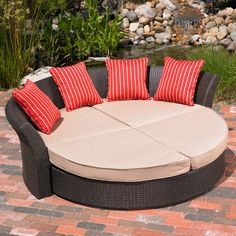 Versatile outdoor furniture. Use as shown, pull ottomans away from sofa for extra seating, or tuck the ottomans into the sofa and pull them out when needed! <3