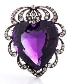 Hübscher Anhänger mit feinem Amethyst im facettierten Herzschliff, ca. 18 ct, umspielt von Altschliffdiamanten, zus. ca. 0,8 ct. Gegenöse zur einklappbaren ...