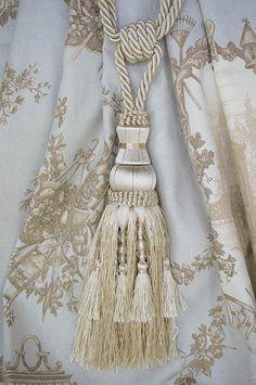 カーテンタッセル (2本) Macrame Curtain, Beautiful Curtains, Country Curtains, Soothing Colors, Passementerie, Curtain Tie Backs, Classic Interior, Soft Furnishings, Colorful Interiors