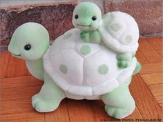 Mom and Baby Turtle Polymer Clay Tutorial- will need to be translated instructions are not in english,but pictures are pretty self explanitory. adorable mother and child use as idea for felt pincushion this is for clay but would be cute in sugarpaste for Polymer Clay Animals, Cute Polymer Clay, Cute Clay, Fimo Clay, Polymer Clay Projects, Polymer Clay Charms, Polymer Clay Creations, Clay Crafts, Polymer Clay Turtle