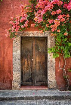 Porta com Bougainvillea em Guanajuato, México. Fotografia: Josh Trefethen no Flickr.
