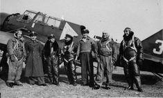 Piloci i dowódca 11 eskadry liniowej kpt. Franciszek Dudzik (w białej pilotce) na tle Karasia PZL P 23B