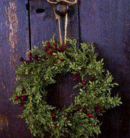 Une couronne de Noël en buis et baies rouges - Marie Claire Maison