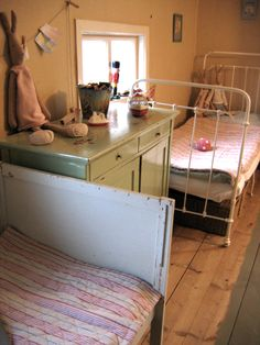 simple vintage bedroom......a bit too simple but cute
