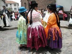 Quechua women's dress today is rooted in traditions from pre-conquest Peru (a fusion of Inca and Huari cultures), and Spanish Colonial peasant dress (often with some modern items thrown in)