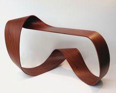 Console-Ruban-Möbius-Pierre-Renart. Voici une création de Pierre Renart, designer français diplômé de l'école Boulle. Il nous présente ici une console sculpturale sans fin mêlant fibre de carbone et bois. Bâptisée Möbius, ce mobilier aux lignes pures est magnifique ...