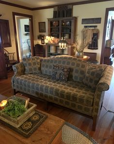 Primitive Living Room, Primitive Decor, Sofa Upholstery, Cozy Living Rooms, Cozy House, Farmhouse Decor, Beautiful Homes, Decorating Rooms, Sweet Home