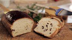 Julebrød er tradisjon i mange julehjem, og her har du oppskriften på skikkelig luftige julebrød med et hint av sitrus.    Jeg har brukt det tradisjonelle julekrydderet pomeransskall, som du får kjøpt på apotek og spesialforretninger. I tillegg har jeg byttet ut den klassiske sukaten med appelsinvarianten sukat. Dette smaker ikke like kunstig og søtt, men vil fremdeles gi den gode smaken og konsistensen som et julebrød må ha.    Hvis du ønsker nystekte brød til frokost kan du godt lage…