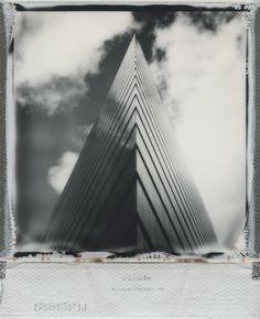 Das Düsseldorfer Stadttor auf Polaroid fotografiert, schwarzweiß.