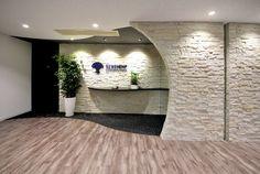 """オフィスデザイン実績~""""人との出会い""""を大切にするセレンディピティーな空間 Office Entrance, Wall Design, Cool Designs, Building, Clinic, Interior, Counter, Indoor, Buildings"""