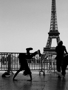 • EIFFEL TOWER STREET DANCER • 2008, Paris • photo MARTY PORTIER •