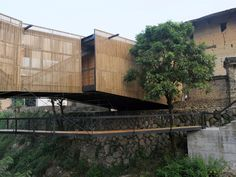 One of the five winners for the 2010 Aga Khan Award for Architecture is the Bridge School in Xiashi, Fujian Province, China designed by Li Xiaodong. Bamboo Architecture, School Architecture, Sustainable Architecture, Contemporary Architecture, Architecture Details, Chinese Architecture, Building Architecture, Bamboo Structure, Steel Structure