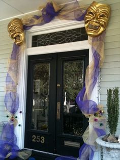 Let the good times roll all over your door!  Check out these easy ideas with art mesh or old Christmas garland to decorate your door for Mardi Gras!
