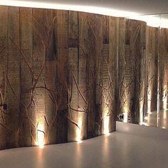 Lembram da nossa ultima publicação do painel de Corian? Esta é uma parede curva do mesmo apartamento revestida com madeira de demolição. As tábuas têm entalhos da mesma padronagem de rama que o Corian, o que acabou sendo a assinatura da reforma. Para valorizar ainda mais o desenho foi colocada uma iluminação no piso, e o espelho na parede lateral dobrou o tamanho do painel! Quer uma parede linda dessa na sua casa?? Entra em contato com a gente! #arquitetura #interiores #reforma #szarquitetos