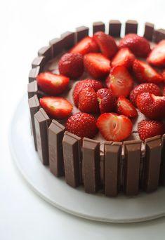 Hauska Kit Kat -kakku - Lunni leipoo Raspberry, Strawberry, Chocolate, Food Pictures, Food Pics, Let Them Eat Cake, Cheesecake, Food And Drink, Sweets