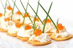 Закуска с красной икрой и сыром на крекерах – рецепт с фото