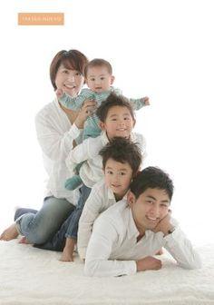 水戸市つくば市家族写真 - Everything About Japanese Cars 2020 Family Portrait Poses, Family Posing, Family Of 5, Young Family, Family Images, Family Photos, Illusion Fotografie, Dad Baby, Smile Photo