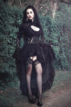 Top Gothic Fashion Tips To Keep You In Style. As trends change, and you age, be willing to alter your style so that you can always look your best. Consistently using good gothic fashion sense can help Dark Beauty, Goth Beauty, Hot Goth Girls, Punk Girls, Gothic Outfits, Gothic Dress, Dark Fashion, Gothic Fashion, Style Fashion