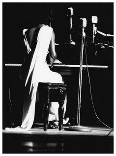 Nina Simone performing. Town Hall, NY, 1959. Photo : William P. Gottlieb.