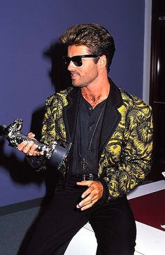 Video Vanguard (Career Achievement) George Michael at the 1989 MTV Video Music Awards George Michael 80s, George Michel, Michael X, Michael Jackson, Andrew Ridgeley, Mtv Video Music Award, Music Awards, British Invasion, Record Producer