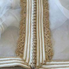 Zwaka beldia Morrocan Kaftan, Moroccan Dress, Moroccan Style, Zardozi Embroidery, Bead Embroidery Patterns, Traditional Fashion, Traditional Dresses, Lace Tape, Arabic Dress