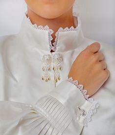 Nuperelleskjorte Silke - Embla Bunader Hair Cuts, Brooch, Collection, Jewelry, Dresses, Design, Fashion, Haircuts, Vestidos