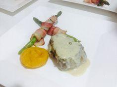 Lomo en pimienta verde  Puré de ahuyama espárragos con tocineta ahumada