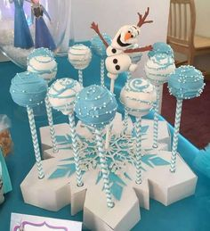 The film Frozen Disney is beloved by children to this day is still one of the most popular topics for birthdays to girls and boys. Frozen Birthday Centerpieces, Frozen Decorations, Birthday Party Decorations, Frozen Themed Birthday Party, Disney Frozen Birthday, Olaf Birthday, Geek Birthday, Birthday Cakes, Cumple De Frozen Ideas