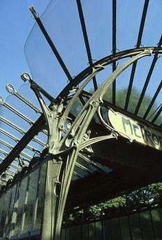 Marquise de l'édicule Dauphine -Métro Rome à Paris- Hector Guimard 1900.   Représentant majeur de l'art nouveau, Guimard était un architecte français né à Lyon en 1867 et décédé à New York en 1942. Il est connu pour avoir fait les entourages de plusieurs entrées des stations de métro à Paris.
