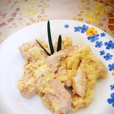 Мой любимый вариант приготовления куриной грудки Соус а-ля сливочный, очень нежный на вкус☺️ Рецепт: 2 курогрудки режем кусочками и обжариваем на сковородке (на 1 ч л масла) до легкой корочки. Солим, перчим по вкусу. В чашке/пиале смешиваем 1 ст л кукурузного крахмала, 1 сырой желток, 150 мл молока. Размешиваем и заливаем курогрудку. Аккуратно помешиваем прямо в сковородке пока соус не загустеет. Приятного аппетита Приветствую всех новеньких✌️ Вечером напишу пост для желающих, но еще не…