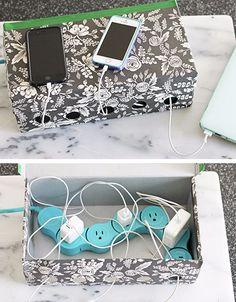 Guarda los cables y mantenlos organizados haciendo agujeros en una caja de zapatos. | 18 Hacks para tener el escritorio más bonito y organizado de la oficina