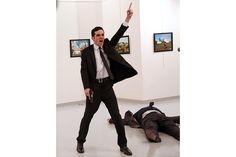 Foto dell'anno 2017  Burhan Ozbilici, Associated Press    È del fotogafo turco Burhan Ozbilici la foto dell'anno 2017. Una scelta quasi scontata per un'immagine di grande potenza visiva, una vera icona del terrore contemporaneo.     La foto, scattata il 19 dicembre ad Ankara in occasione dell'inaugurazione di una mostra, immortala l'omicida (un poliziotto turco mussulmano) dell'ambasciatore russo Andrei Karlov che esulta appena dopo l'uccisione.