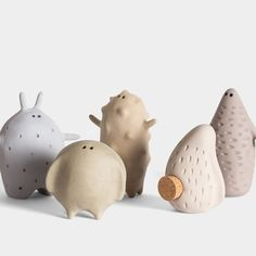 This is Sid, one of five handmade salt shakers made of stoneware by Hadaki. The little creatures are not only great to look at, but definitely cheer Clay Projects, Clay Crafts, Inspiration Artistique, Shaker Beige, Art Sculpture, Ceramic Animals, Ceramic Clay, Clay Creations, Creative Art