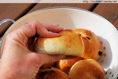 Es ist soweit, ich habe das letzte Brot bzw. Br�tchen f�r meine Brotback-Projekt 1 Basisrezept - 12 verschiedene Brote gebacken. Petit Pains au Lait (Milchbr�tchen) sind es geworden. Diese luftigweichen...