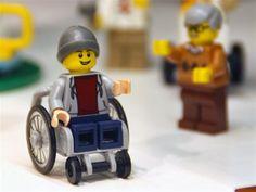 No ano passado, a Toy Like Me lançou uma petição em que pedia à Lego para incluir bonecos com deficiências físicas nos seus pacotes. Os frutos desta petição recolheram-se agora. Este lançamento veio incluir os 150 milhões de crianças deficientes a nível mundial – que até hoje NÃO eram representadas. Parabéns Lego! Mais um grande passo em direção à inclusão e valorização da diversidade humana.