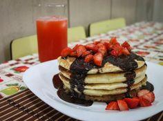 Receita de Pancakes com Calda de Chocolate e Morangos - Cyber Cook...
