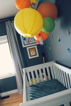 babyzimmer dekorieren chevron muster wand pompoms babyblau