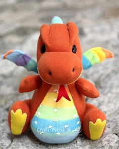 Sewing For Kids DIY Sock Dragon Tutorial-OMG! He is so friggin cute! Anyone who knows how to sew willing to make two of them for the kids? Sock Crafts, Baby Crafts, Cute Crafts, Felt Crafts, Fabric Crafts, Horse Crafts, Sewing Toys, Baby Sewing, Sewing Crafts