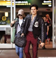 Riverdale's Cole Sprouse & Lili Reinhart Travel Back to Canada Together!: Photo It looks like Cole Sprouse and Lili Reinhart really enjoy each other's company off the set! The Riverdale actors, who are also heavily rumored to be an IRL couple,… Cole Sprouse Shirtless, Cole Sprouse Hot, Cole Sprouse Funny, Cole Sprouse Jughead, Dylan Sprouse, Memes Riverdale, Bughead Riverdale, Riverdale Funny, Cole Sprouse Lockscreen