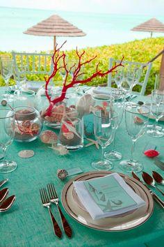 idea mise en place matrimonio con tovaglia turchese e decorazione con corallo