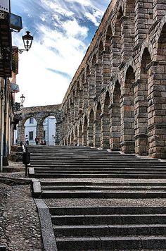 - Acueducto de Segovia / Spain- El magnífico monumento se ha mantenido en buen estado de conservación, sin grandes transformaciones, debido, en cierto modo, a la sobrecogedora y misteriosa grandeza de estructura que impone respeto y al hecho de que, aún en el siglo XX, continúa ejerciendo su función original.
