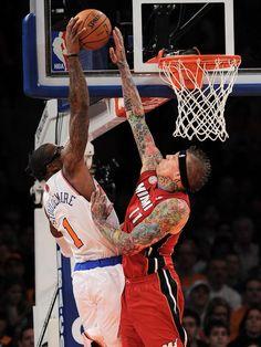 Chris «The Birdman» Andersen (r) versucht den Monsterdunk von Amar'e Stoudemire zu blocken. Im Topspiel der Eastern Conference gewann der NBA-Meister Miami Heat im New Yorker Madison Square Garden gegen die Knicks mit 99:93. (Foto: Justin Lane/dpa)
