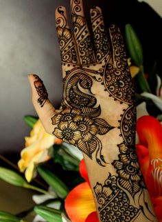 Simple Eid Mehndi Designs-Eid is just around the corner and everyone's busy with their preparations now. One of my favorite things for eid is the mehndi, the smell and the variety of designs are just so symbolic of eid. Henna Tattoos, Henna Mehndi, Mehendi, Henna Tattoo Designs Arm, Mehndi Tattoo, Tattoo Designs For Girls, Mehndi Art, Henna Art, Arabic Henna