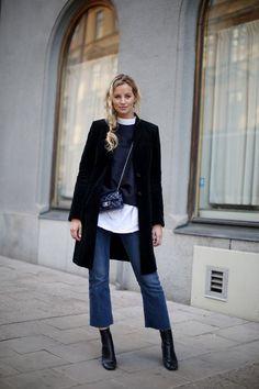"""Eu sempre preferi e usei muito a modelagem skinny; é de longe a minha favorita. Mas confesso que desde o início do ano, após ver """"zilhões"""" de fotos de street style com esse novo modelo, eu me apaixonei e resolvi dar espaço no closet aos jeans cropped e flare. Sim, são os dois estilos em […]"""