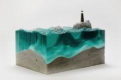 Élevé à Waihi Beach, en Nouvelle-Zélande et vivant actuellement à Sydney, en Australie, Ben Young est un artiste autodidacte. Du surf et du skate, à la réparation de meubles et la construction de bateaux, Ben passe son temps à s'adonner à des activités de bohème.  Mais c'est pour ses sculptures de verre fascinantes inspirées par les vagues de l'océan que l'on s'intéresse aujourd'hui. Chacune de ses œuvres représente une « scène » particulière, où le verre occupe une place centrale.